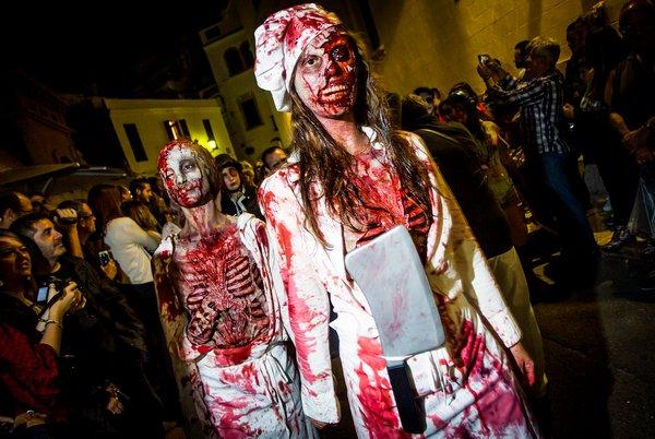 фестиваль в каталонии, Sitges Zombie Walk.jpg