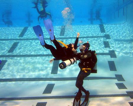Уроки подводного плавания в бассейне.jpg
