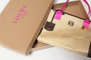 loewe-lanza-una-nueva-coleccion-bolsos-oro-el-L-jIj1i6.jpeg