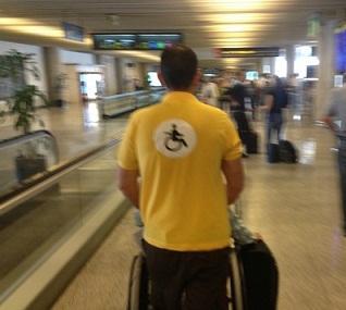помощь инвалидам в аэропорту барселоны.jpg